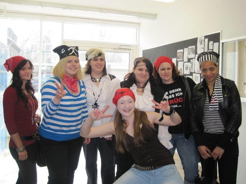 卒業を控えた生徒達の仮装ウィークで、ヒッピーやオフィスワーカーなど毎日違ったテーマがある。この日は海賊!