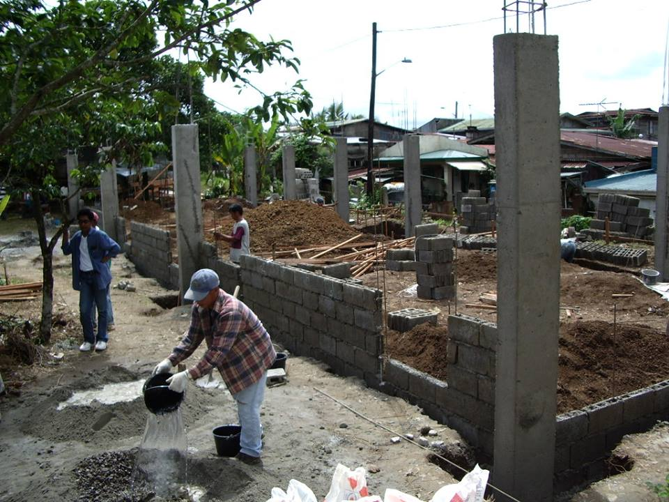 学校建設のボランティア活動。
