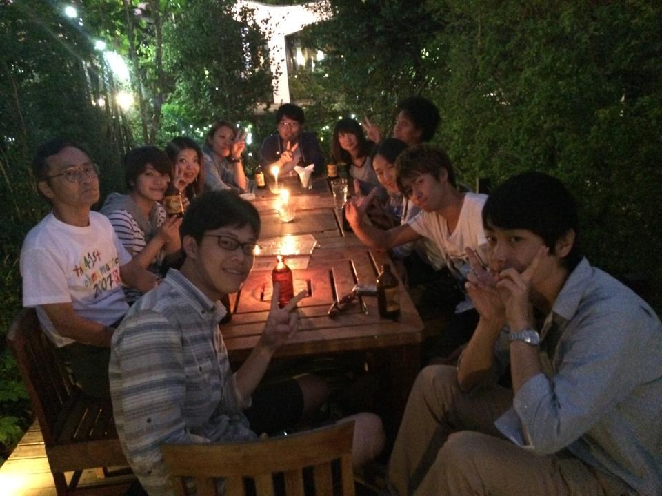 卒業するクラスメイトがいるとレストランで送別会を開催。先生も一緒に。