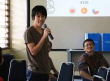 日本について大学でプレゼン中の谷岡さん