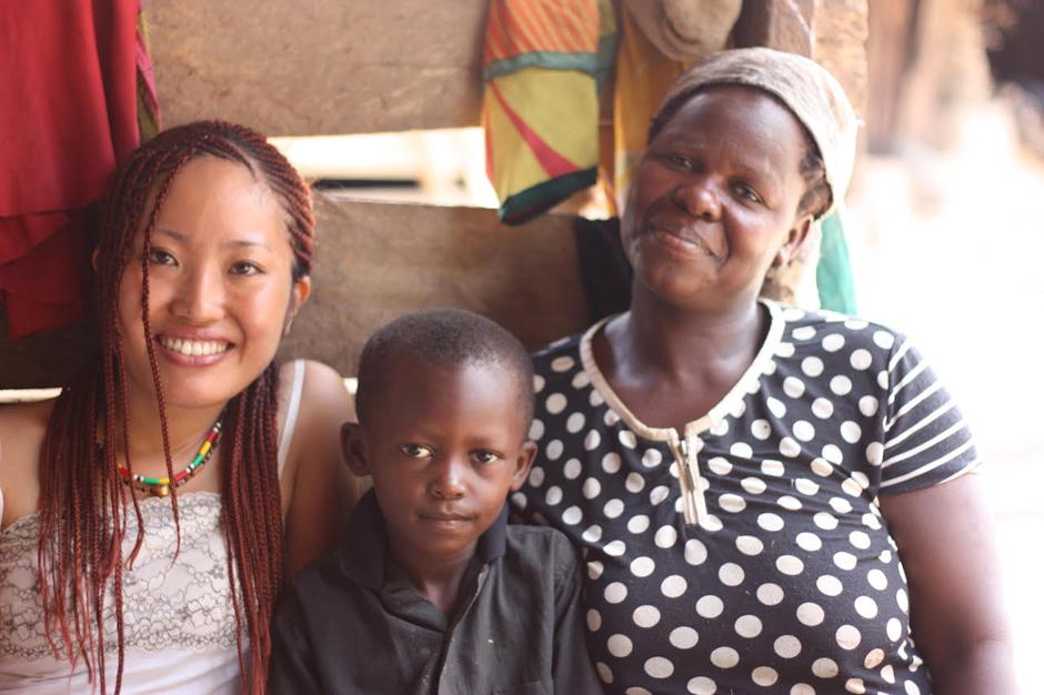 アフラス村のチーフの奥さんアジャラと、末息子のアズマと。アジャラは収入向上活動の中心メンバー。ブルキナファソと国境を接するアッパー・イースト州のボルガタンガから農業のために30年前に移住してきたムスリムの家族。