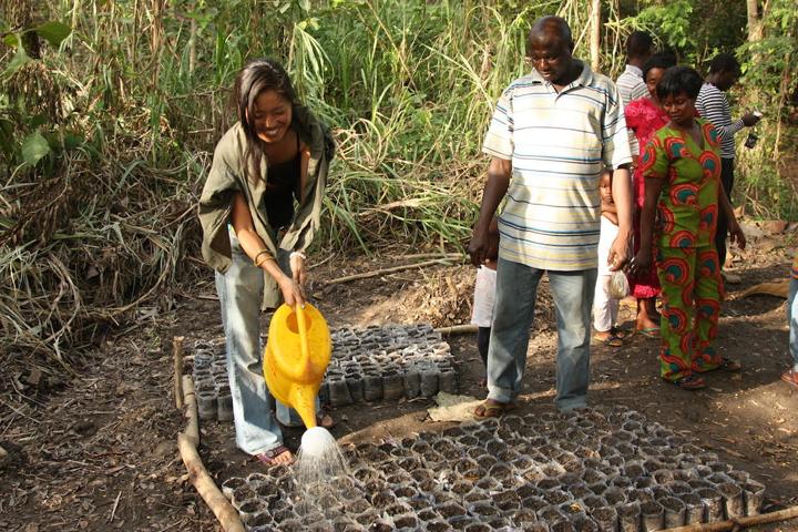 果樹隊員と植林NGOと協力して、活動終盤に苗床作り