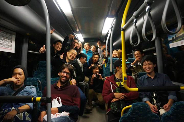 大学の友人たちとバスで