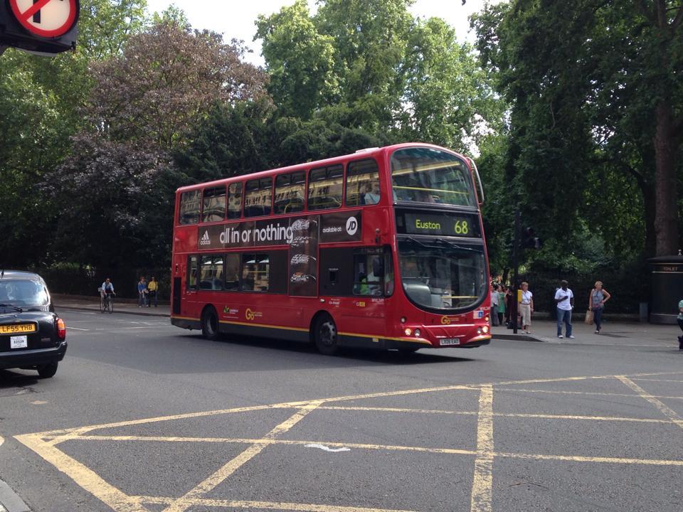 学校近くを走っていたロンドンバス
