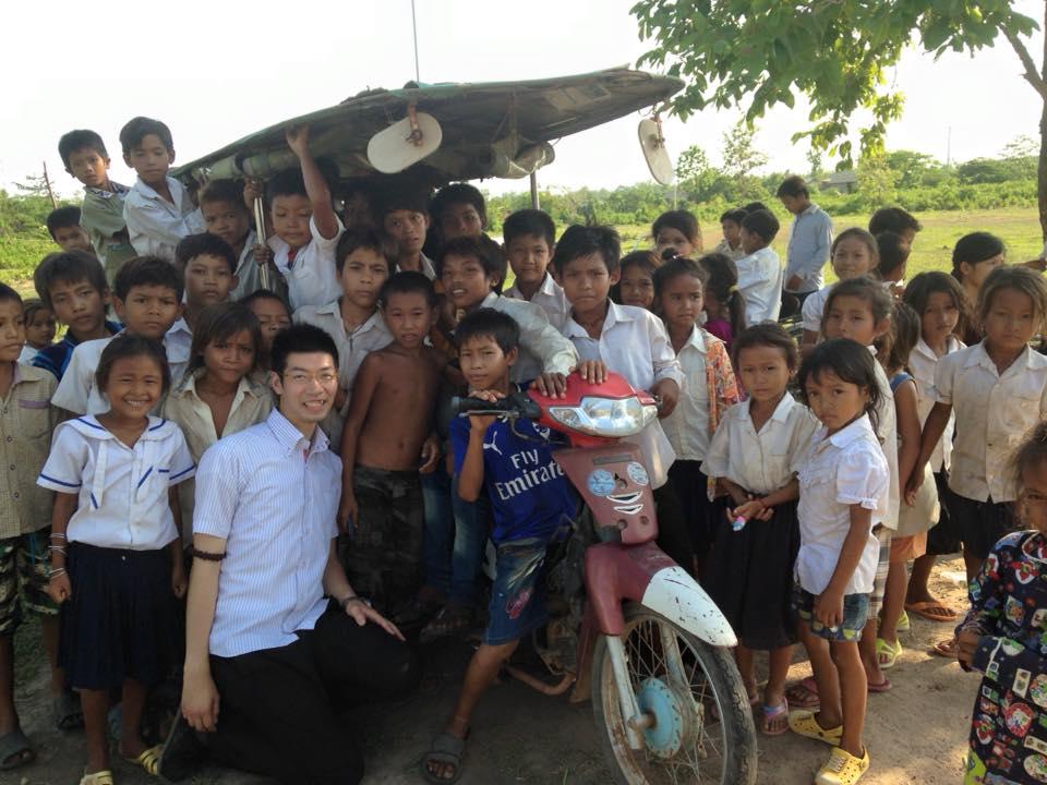 フィールドワークで訪れたカンボジアにて、子ども達と