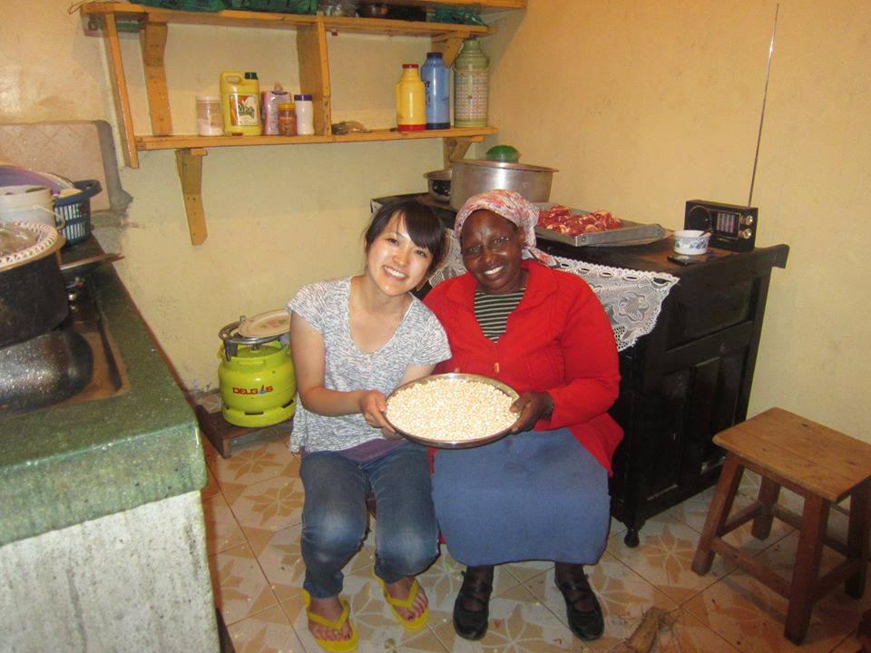 ケニアでの青年海外協力隊中の写真。仲良くしてくれたご近所さんと。