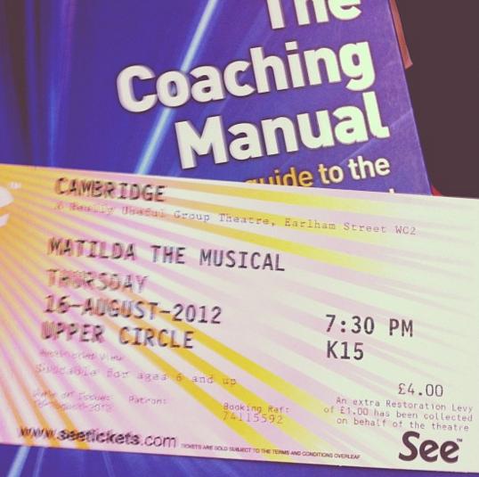 薦められた本『The Coacing Manual』。手前はミュージカル「マチルダ」のチケット。