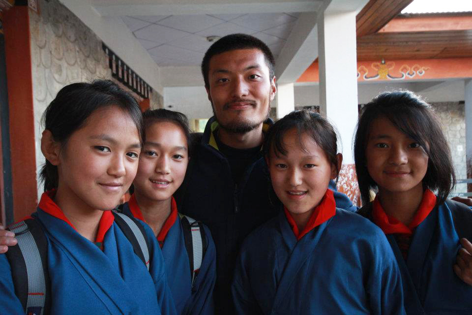 任期終了後に、ブータンを訪れた時に生徒たちと
