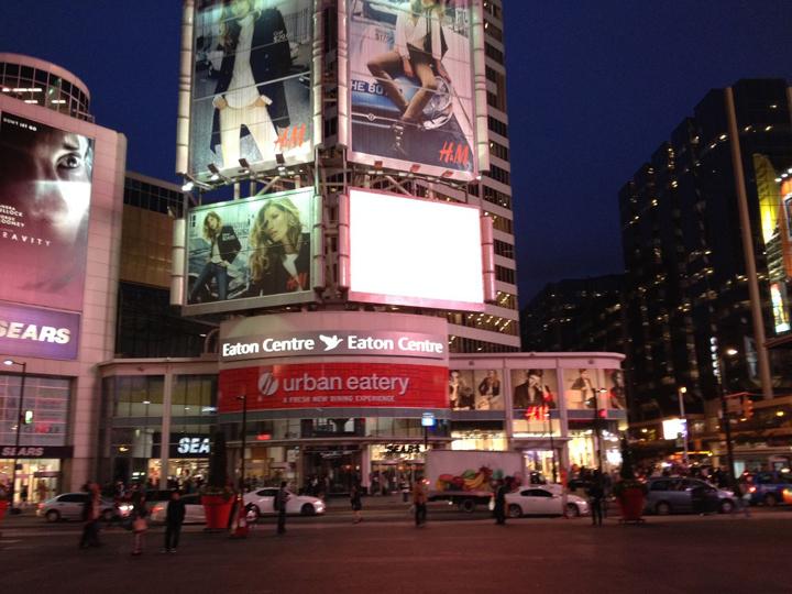 トロントの中心にあるショッピングモール「イートンセンター」。トロントでショッピングといえばここ!