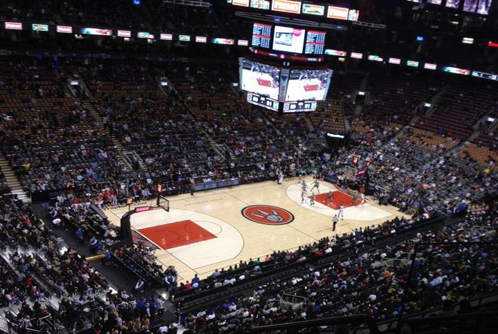 プロバスケットボール(NBA)の試合会場。トロントはカナダでありながら、アメリカの野球とバスケのプロスポーツリーグのチームがあるので、スポーツ好きにはおすすめ!