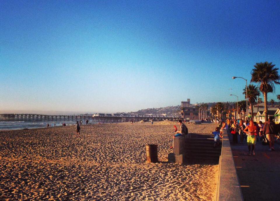 よく友達とビーチ沿いを散歩したそうです。