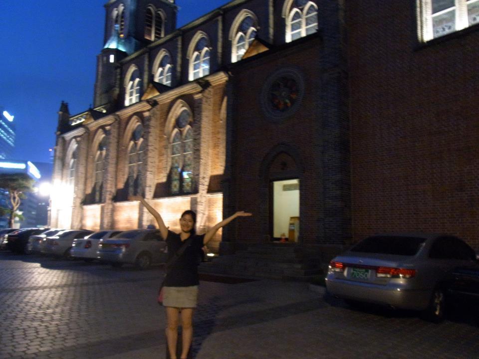 教会。ハイテクで大型のモニターが中にあって、聖書の番号や賛美歌が出た。クリスチャンが多いらしい