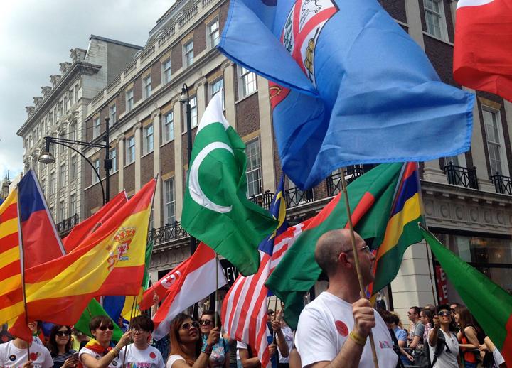 ロンドンプライドのパレード中の様子