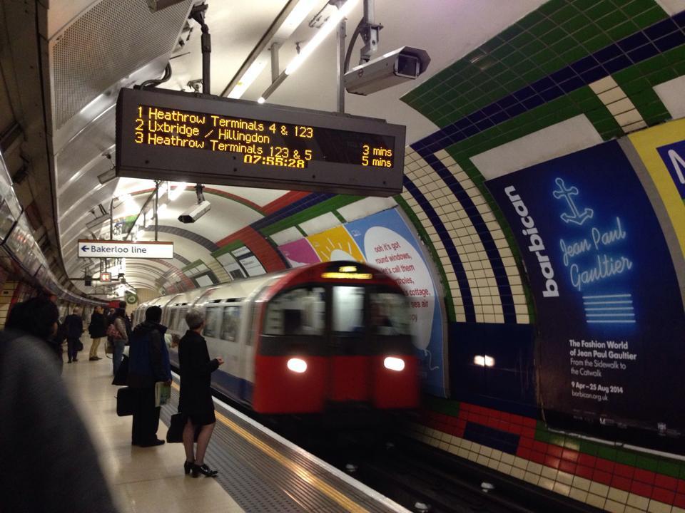 ロンドンの地下鉄。ロンドンの地下鉄はサブウェイではなく「Tube(チューブ)」と言います。