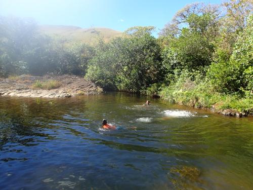 川で遊ぶ村の子どもたち。