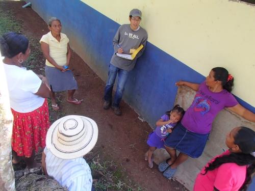 村の女性と家庭菜園の相談中。