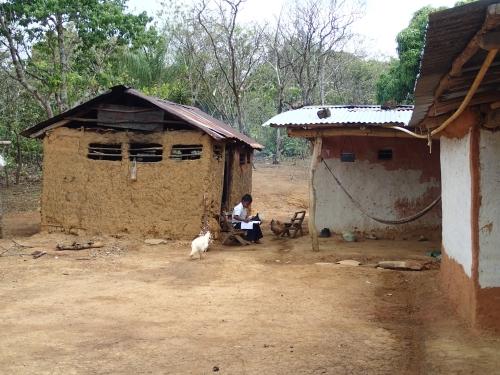 村の民家。