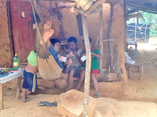 活動していた村で子どもと遊んでいる時。