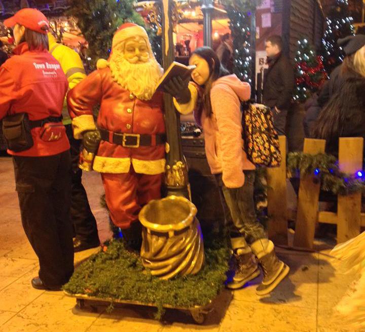 ボーンマスのクリスマスマーケットでサンタと記念撮影。