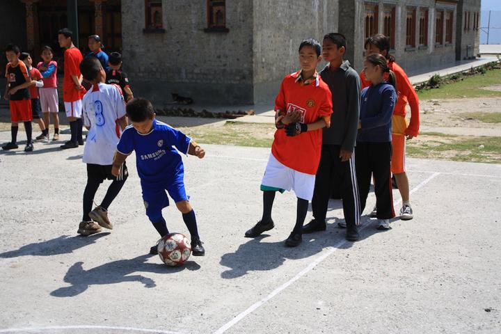 サッカーをする生徒たち。