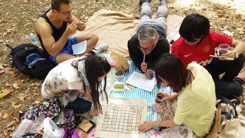 明日香さんが自分で開催したイベント。外国人に将棋を教えています。