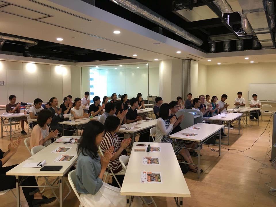 月に1回、会社の一室で勉強会を開催。