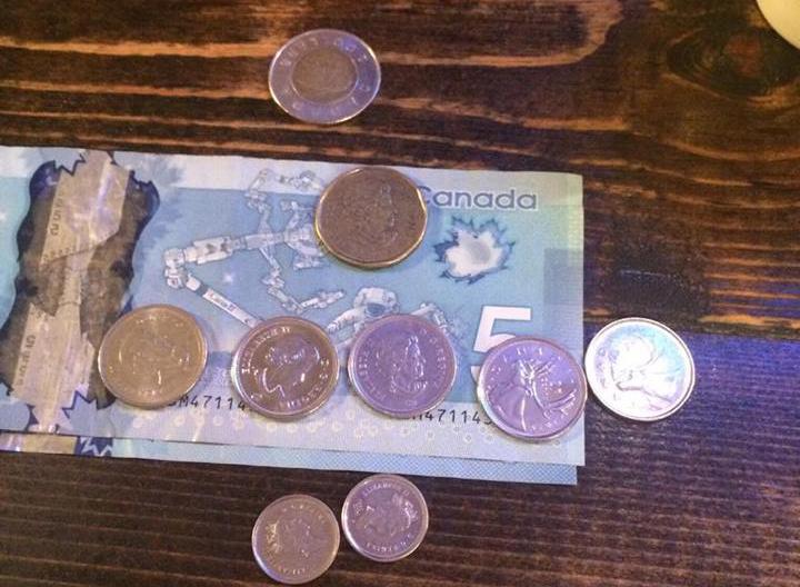 カナダドル紙幣と硬貨